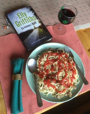 Speghetti med kalkonfärs, ett glas rött och Elly Griffiths bok En kvinna i blått