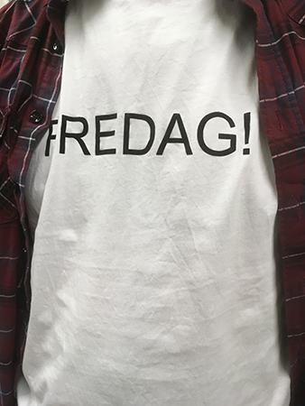"""Vit t-shirt med texten """"Fredag!"""" på i svart"""