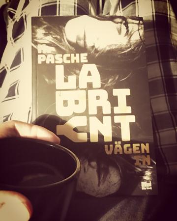 Kaffe och boken Labyrint - vägen in