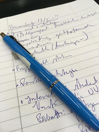 Anteckningar som nästan är oläsliga och en blå penna