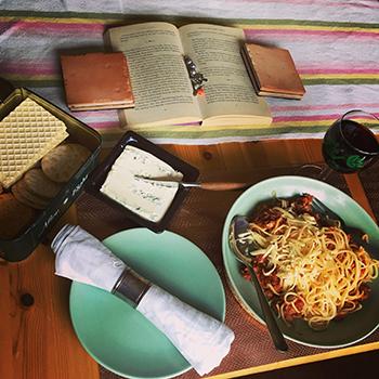Italiensk söndagsmiddag med pasta, Barolovin, gorgonzola och en bok