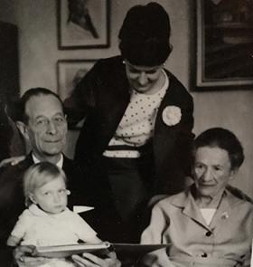 Fyra generationer: morfar, mamma, gammelfarmor och så jag i morfars knä.