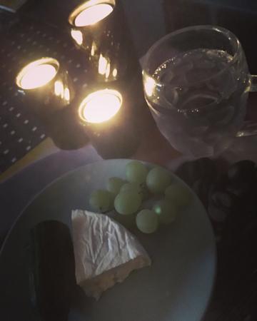Midnattsfest med ost gurka druvor och vatten