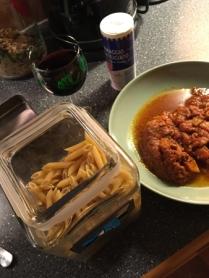 Jag fick ställa mig vid spisen och laga mat, dvs koka pasta.