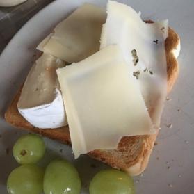 Go-frukost på nyårsdagen med Brie, Ockelbo blå och gröna druvor.