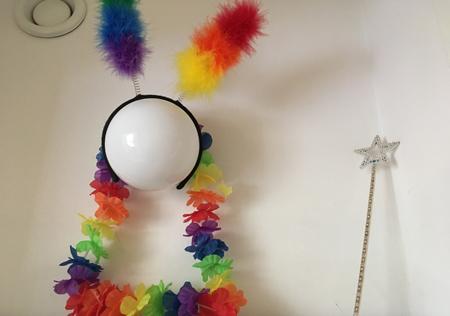 Piffat en lampa i en skrubb med regnbågsdiadem stjärnspö och krans