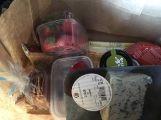 ...förstärkt med några goda ostar, jordgubbar och choklad från ICA.