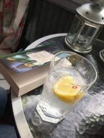 Annas bok och drink.
