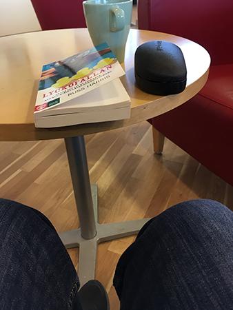 Kaffe och läsning på bilverkstan