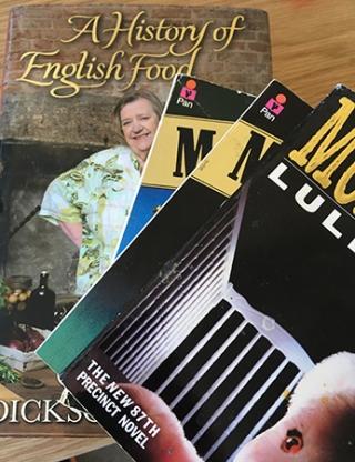 En hel hög med litteratur på engelska låg på skrivbordet i morse.