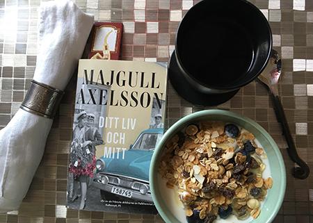 Vardagsmorgonsfrukost med boken Ditt liv och mitt