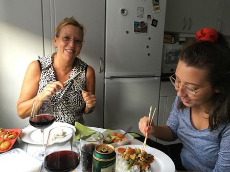Mia och Alma äter Thaimat med pinnar