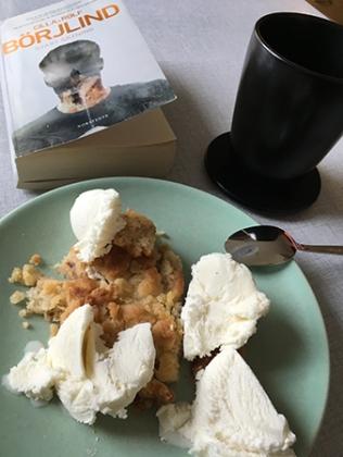 Äppelpaj kaffe och bok