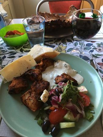 Kolgrillad kyckling sallad vitlöksbröd tzatziki vin