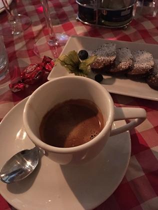 Espresso och Salamino de cioccolato al pistacchio