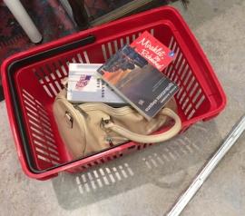 FEMs korg med böcker