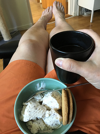 Glass, kaffe och orange shorts
