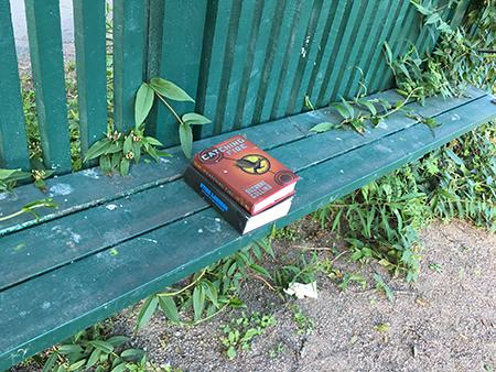 Två böcker på en bänk i Höganäsparken