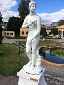 En pryd staty i Linnéträdgården