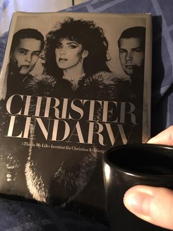 Boken This is my life och kaffe på sängen