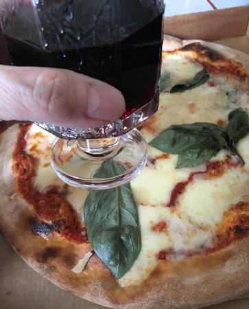 Pizza och rödvin