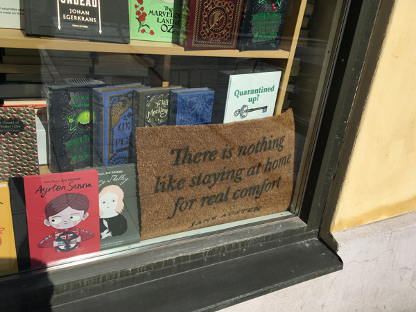 Visdomsord i ett skyltfönster hos The English Bookshop