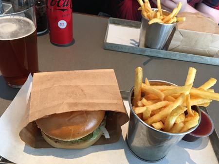 Öl och kycklingburgare hos Phils burger