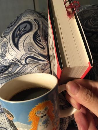 Läsning och kaffe på sängen