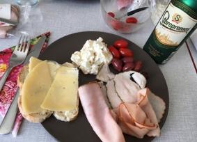 Kallskuret med mimosasallad tomater oliver från Lännabruk