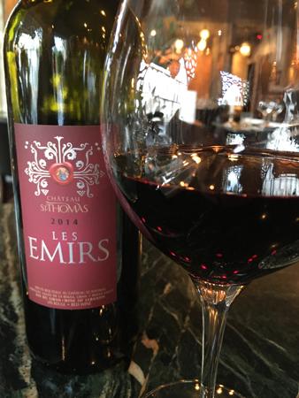 Vinet Les Emirs i flaska och glas