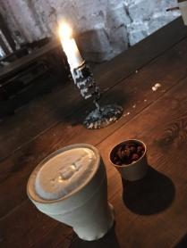Klosteröl nötter och tänt ljus i ruinen